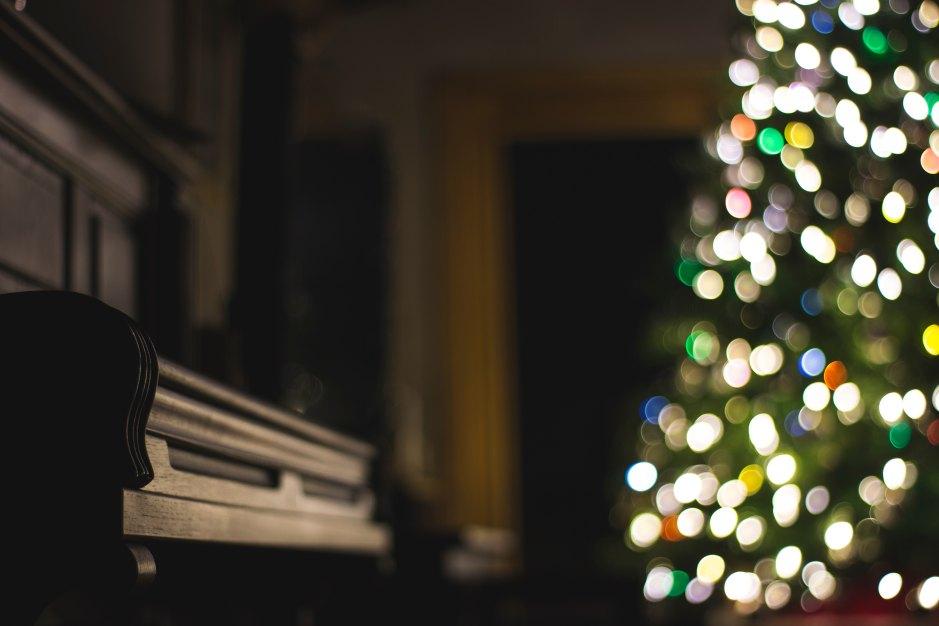 Klavier mit Weihnachtsbaum