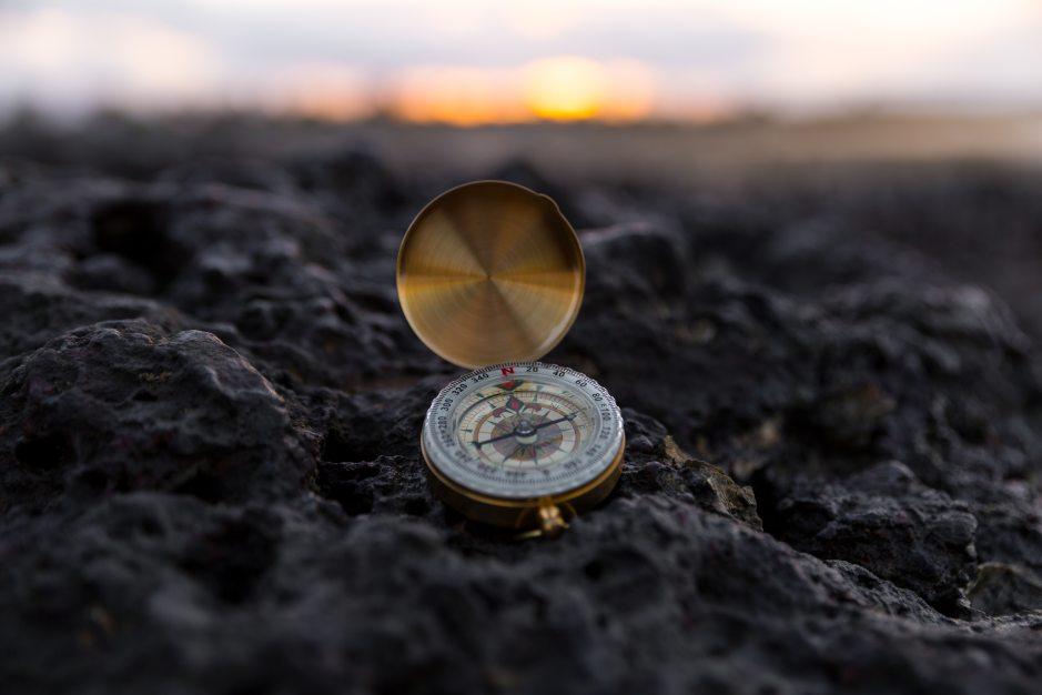 Kompass auf Stein