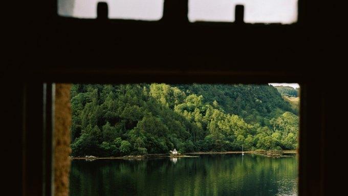 Blick aus dem Fenster auf den Fjord